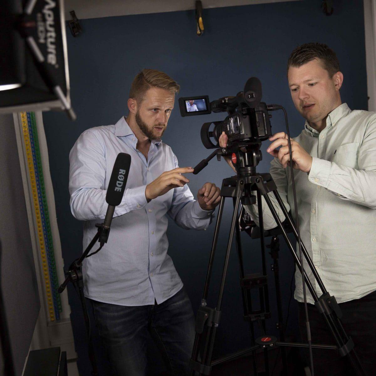 Rolf Pedersen og Tue Lindblad arbejder på kamera online kursus studie team kollegaer iværksættere